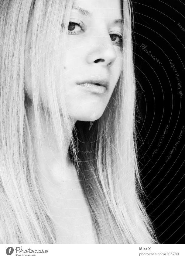___ halb offen___ Mensch Jugendliche schön Gesicht kalt feminin Haare & Frisuren blond Erwachsene langhaarig Stolz Hochmut Haarsträhne eitel Junge Frau Geistesabwesend