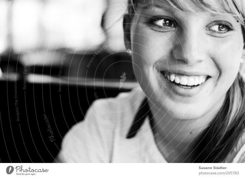 Sara Junge Frau Jugendliche Kopf Haare & Frisuren Gesicht Auge Zähne 1 Mensch 18-30 Jahre Erwachsene Pony Zopf Feste & Feiern Lächeln lachen leuchten glänzend