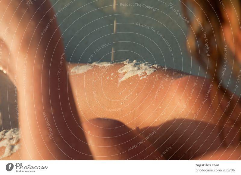 SPIELEN Frau Strand Ferien & Urlaub & Reisen ruhig Erholung Spielen träumen Haare & Frisuren Wärme Sand Haut Zeit Tropfen Reisefotografie Locken
