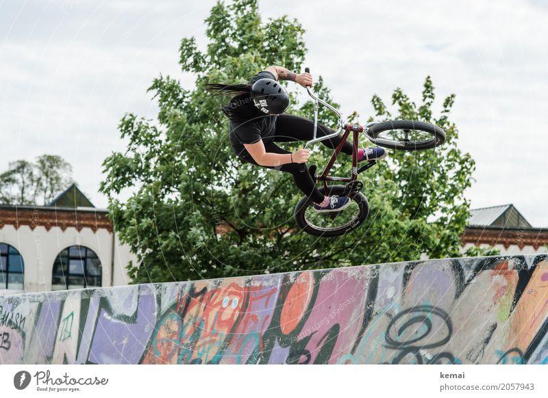 AST10 | Rising high Lifestyle sportlich Freizeit & Hobby Spielen Sport Fitness Sport-Training Fahrrad BMX Halfpipe Mensch feminin Helm schwarzhaarig langhaarig