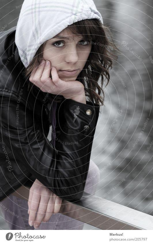 a cold day... Mensch feminin Junge Frau Jugendliche 1 frieren Blick Gedeckte Farben Außenaufnahme Tag Starke Tiefenschärfe Porträt Blick in die Kamera