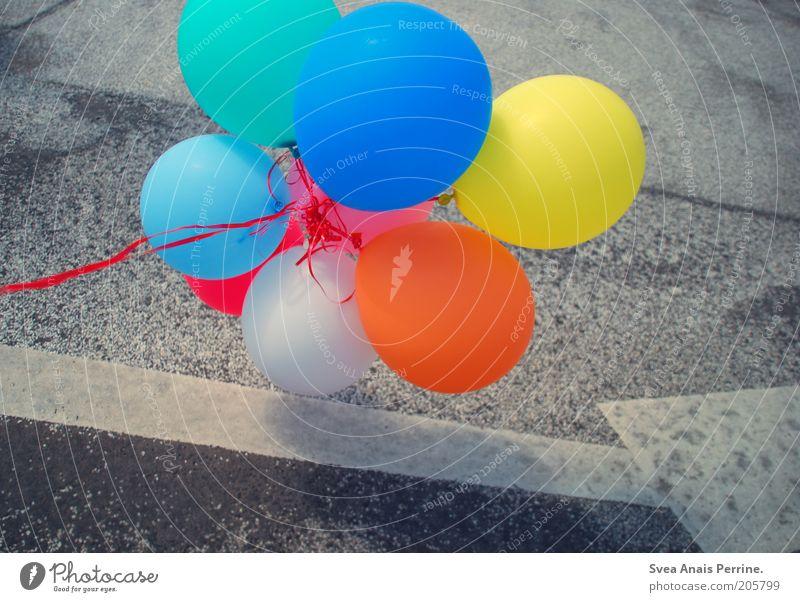 straßenliebe, blau Freude gelb Straße Glück Luft Zufriedenheit orange fliegen Schilder & Markierungen Fröhlichkeit Coolness Luftballon Lebensfreude Pfeil Schnur