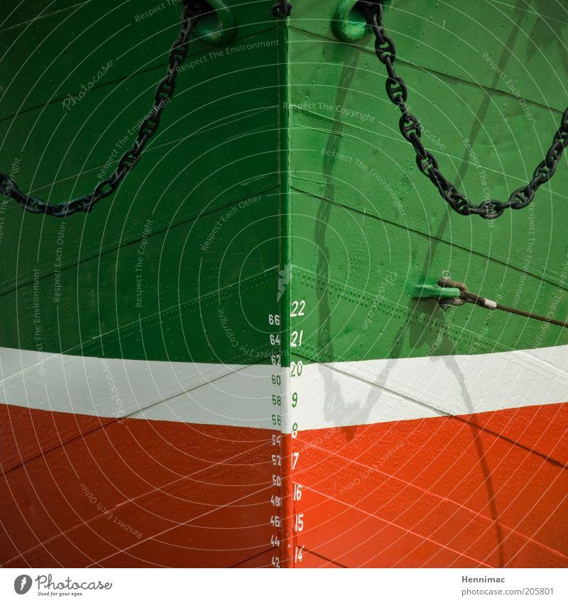 Auf Rammkurs. alt weiß grün rot Linie Wasserfahrzeug historisch Kette Schifffahrt Symmetrie Skala Schiffsbug Verkehrsmittel Frachter Detailaufnahme Tiefgang