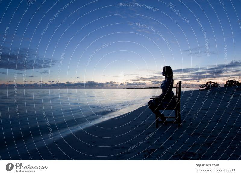 ABENDS IM WARMEN Frau Meer blau Strand Ferien & Urlaub & Reisen ruhig Einsamkeit dunkel Erholung Sand sitzen Wellness Tourismus Stuhl Reisefotografie Kuba