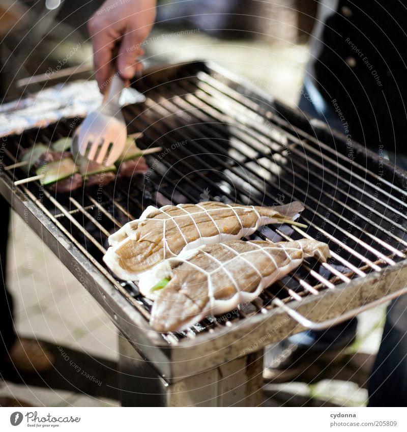 F(r)isch auf dem Grill Mensch Hand Ernährung Leben Zeit Lifestyle ästhetisch Fisch Kochen & Garen & Backen Freizeit & Hobby Gastronomie Grillen drehen Fleisch Idee Grill
