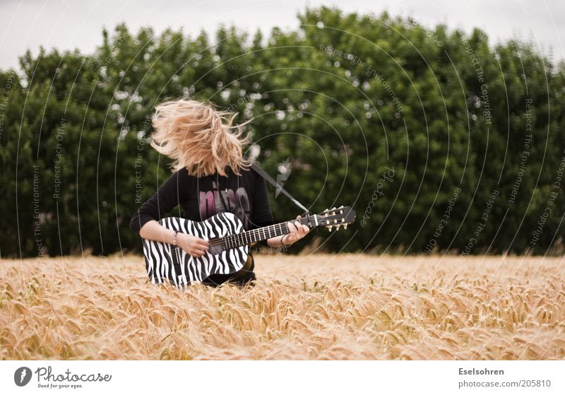 Rock Mensch Natur Jugendliche grün Baum Sommer Freude Spielen Bewegung Haare & Frisuren Musik Kunst Feste & Feiern blond Feld frei