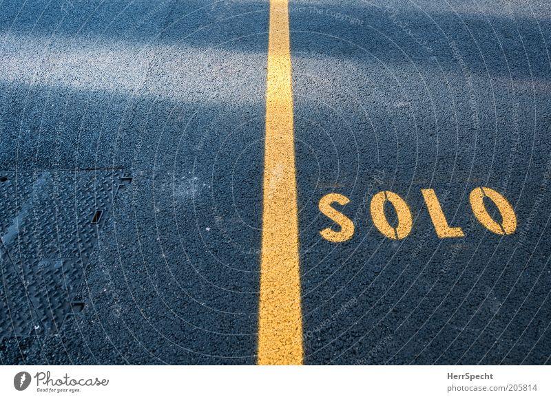 Gelbes Solo Straße Schriftzeichen Schilder & Markierungen gelb schwarz Einsamkeit Asphalt Linie Teilung Bildausschnitt Farbfoto Außenaufnahme Nahaufnahme