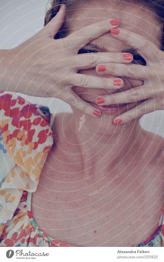 Zugemacht Frau Mensch Hand Freude Leben feminin Erwachsene Finger Lifestyle natürlich verstecken Lächeln Hals Fingernagel Nagel Versteck