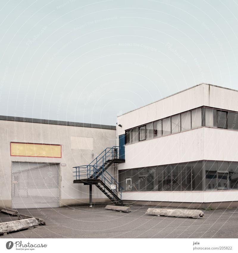 . Himmel blau Wand Fenster grau Mauer Gebäude Architektur Tür Fassade Treppe Industriefotografie Fabrik Tor Dienstleistungsgewerbe Bauwerk