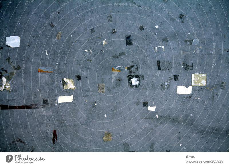 [H10.1] - Reste einer Ausstellung Wand grau dreckig Beton Kunststoff Zettel chaotisch durcheinander kleben Klebstoff Betonwand Schnipsel Papierfetzen