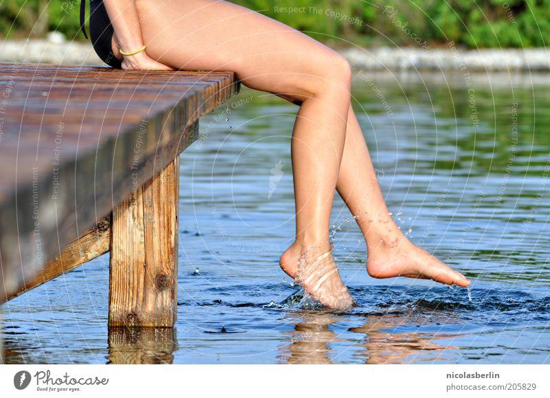 sommer Natur Jugendliche Wasser schön Freude Ferien & Urlaub & Reisen Leben feminin Bewegung Erwachsene Beine See Fuß Freizeit & Hobby sitzen Schwimmen & Baden