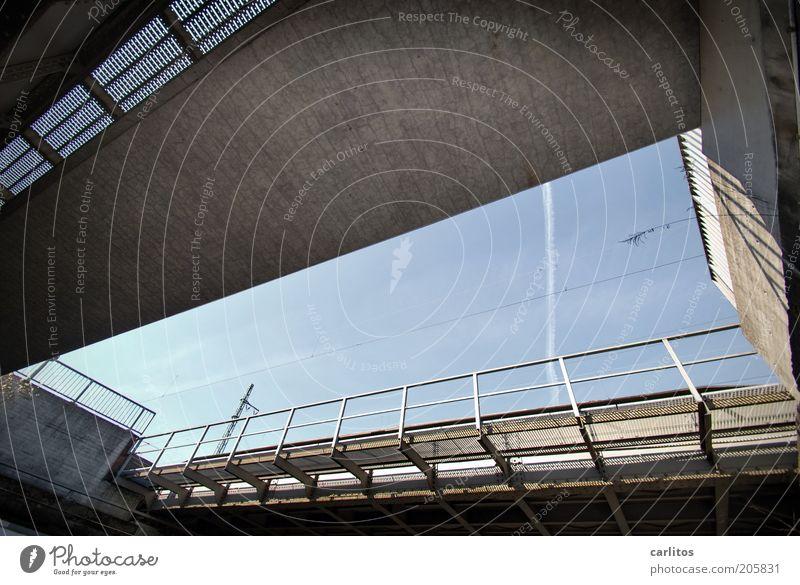 Lichtblick II Bahnhof Brücke Geländer Verkehr Schienenverkehr Hochbahn eckig unten blau grau Wege & Pfade Bahnhofsviertel Farbfoto Außenaufnahme Tag Schatten