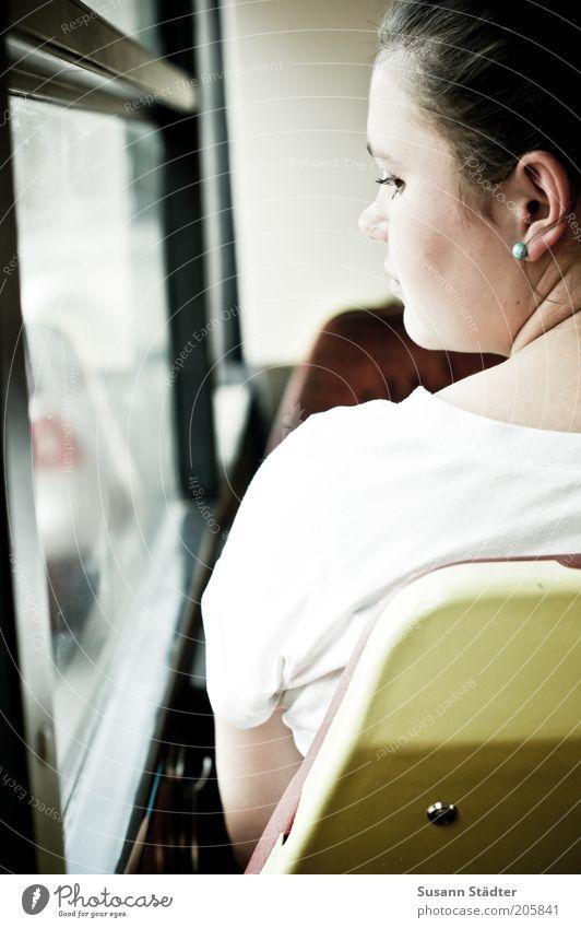Die Welt zieht vorbei Frau Jugendliche Haare & Frisuren träumen Kopf Erwachsene Rücken T-Shirt Sehnsucht nachdenklich Bus brünett Gedanke Schulter