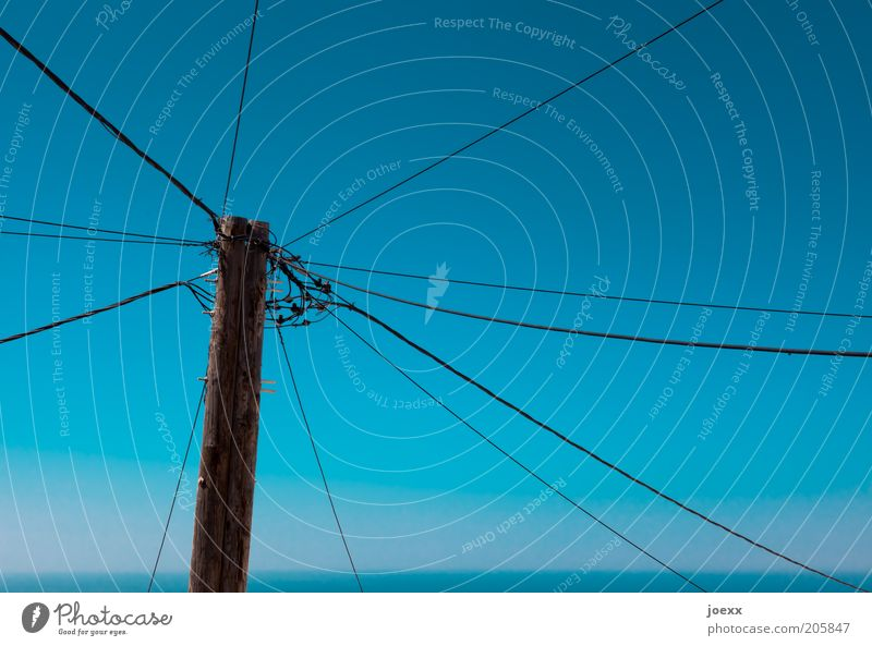 Netzwerkzentrale alt Himmel blau Horizont Energiewirtschaft Netzwerk Technik & Technologie Kabel Telekommunikation Strommast Leitung Vernetzung Anschluss Wolkenloser Himmel Verteiler Knotenpunkt