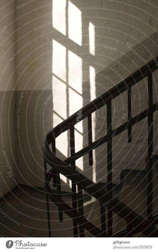 light leak Haus Bauwerk Gebäude Mauer Wand Treppe Fenster leuchten alt Treppenhaus Treppengeländer Geländer Licht Lichtspiel Lichteinfall Altbau Morgen Farbfoto