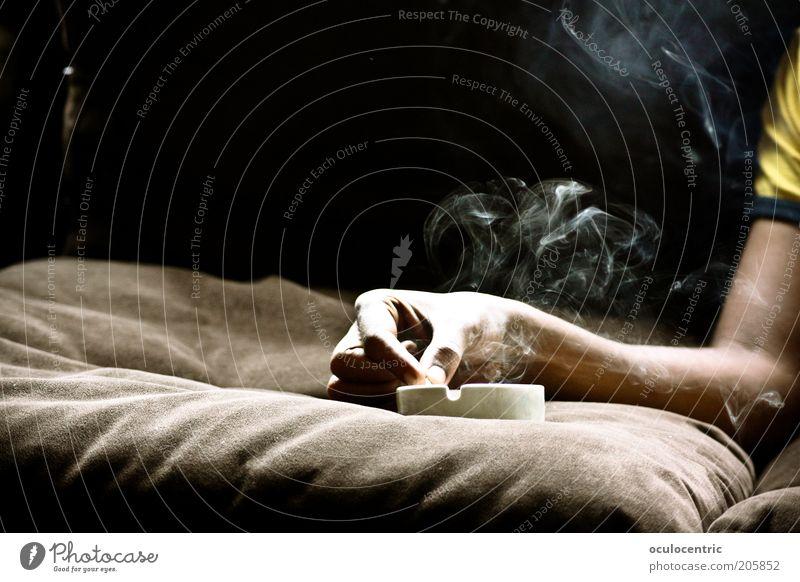 if i could sing your blues Mensch maskulin Mann Erwachsene Arme 1 alt Rauchen Wärme braun Laster Sucht Tod Aschenbecher Sofa Kissen wabern Schweben Rauchwolke
