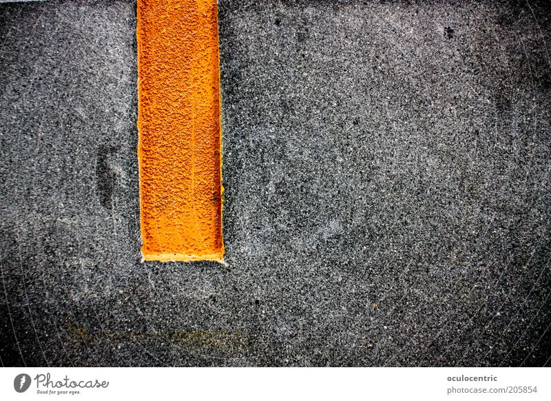 | alt schwarz Wand grau Mauer orange Asphalt Streifen Perspektive schäbig bewegungslos hart vertikal gerade strahlend Vignettierung