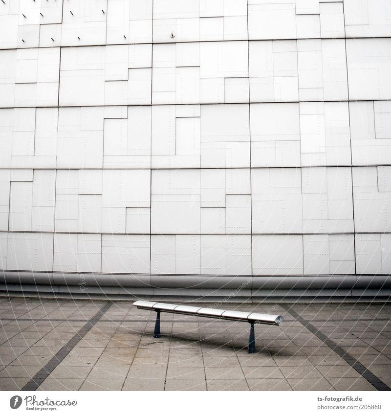 Ersatzbank III weiß Einsamkeit kalt Wand grau Stein Mauer Gebäude Linie Metall Architektur Beton Fassade modern Platz Bank