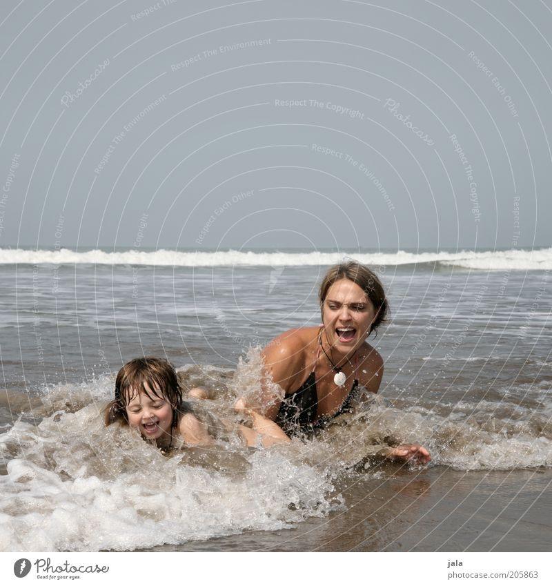 lebensfreude Frau Mensch Kind Wasser Himmel Meer Sommer Freude Strand Ferien & Urlaub & Reisen Junge Spielen lachen Familie & Verwandtschaft lustig Erwachsene