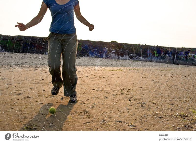 kicken 2 Mensch Himmel Jugendliche blau Sommer feminin Spielen Sand Junge Frau Freizeit & Hobby laufen einzigartig Ball rennen sportlich Kies