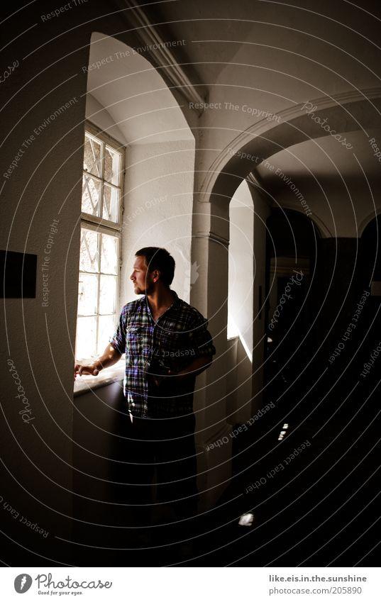 Sehnsucht. Mensch Mann Einsamkeit Erwachsene Fenster Denken maskulin stehen warten beobachten Neugier Fotokamera Burg oder Schloss Bart Hemd