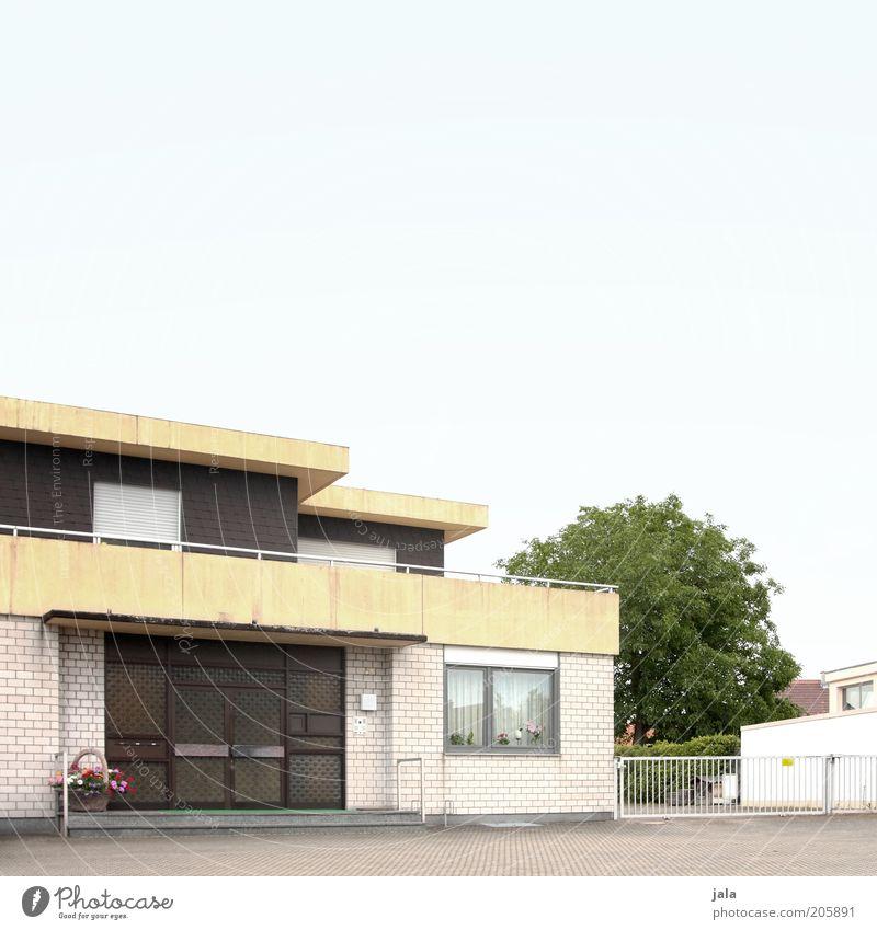 Hans-Albers-Straße Himmel Baum Haus Fenster Tür Fassade trist Dach Asphalt Balkon Eingang Langeweile Einfamilienhaus Eingangstür Wohngebiet