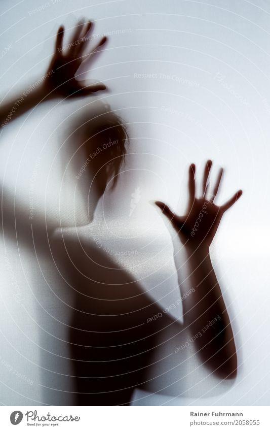 """der Schatten einer Frau zeigt Angst und Depression Mensch feminin Körper 1 Gefühle Einsamkeit Entsetzen Todesangst gefährlich Stress Irritation """"depressiv"""