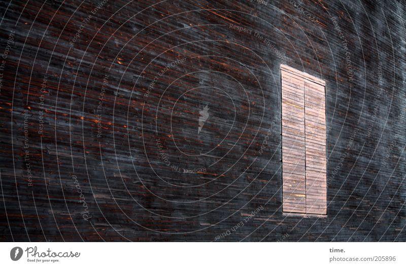 [H10.1] - Geisterhaus Haus dunkel Wand Fenster Holz Linie hell braun Fassade geschlossen Perspektive geheimnisvoll Wachsamkeit Flucht falsch Maserung