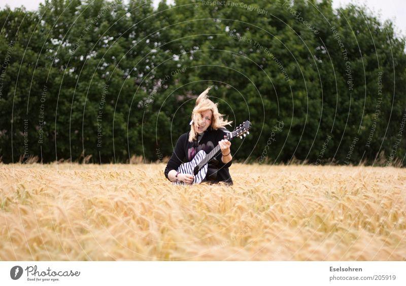 .... Mensch Jugendliche Junge Frau Freude 18-30 Jahre Erwachsene Bewegung lachen außergewöhnlich Feste & Feiern Freiheit Feld frei Musik blond Fröhlichkeit