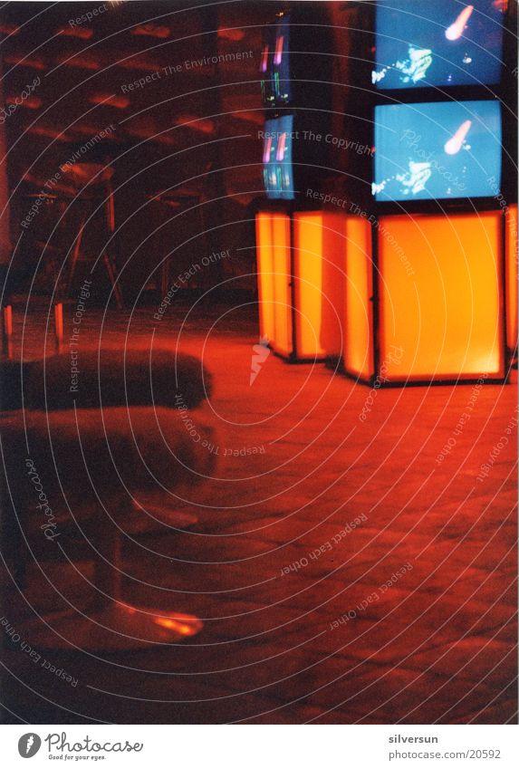 LiquidSky Hocker gelb rot Club London Underground elektronisch Liquid Sky Bilschirm blau Sitzgelegenheit Bodenbelag Musik