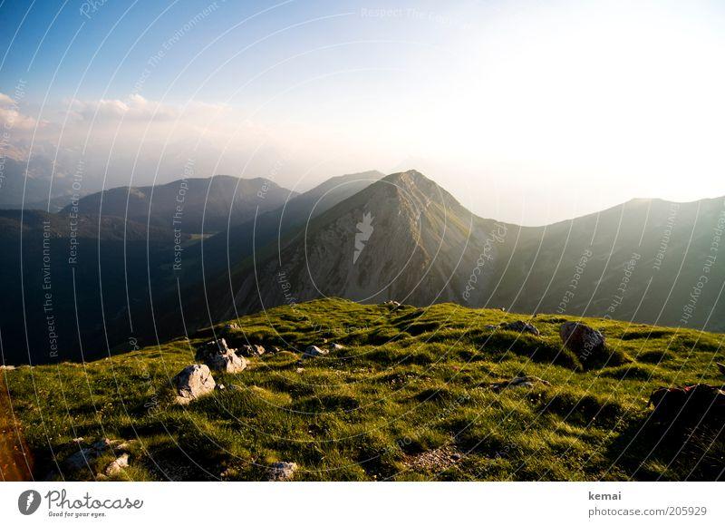 Ende eines sonnigen Tages Natur Himmel Sonne grün blau Pflanze Sommer Wolken oben Gras Berge u. Gebirge Stein Wärme Landschaft Umwelt Horizont