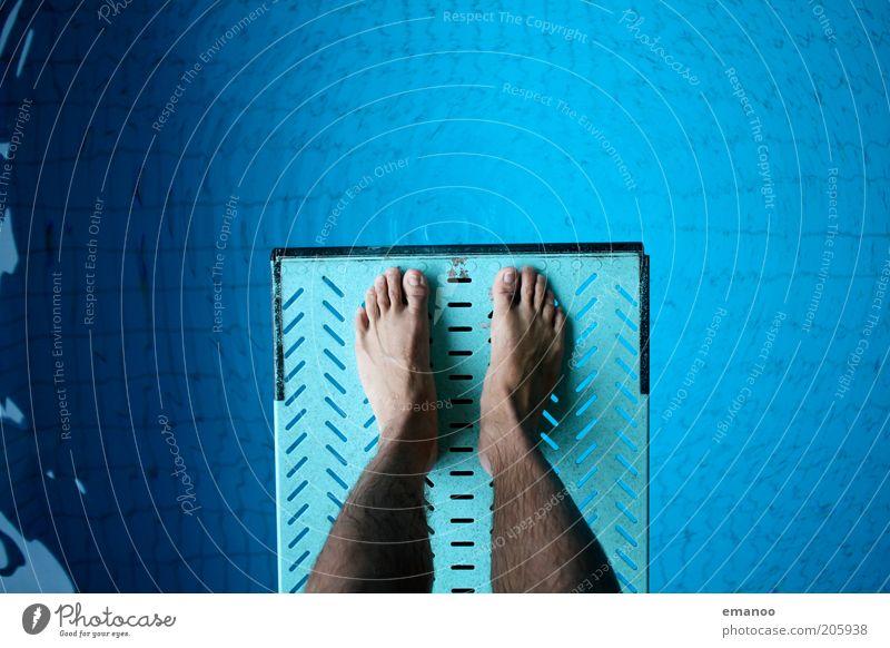 sturzgefahr Mensch blau Wasser Freude Sport springen Denken Beine Fuß Kraft Angst Schwimmen & Baden warten maskulin Lifestyle stehen