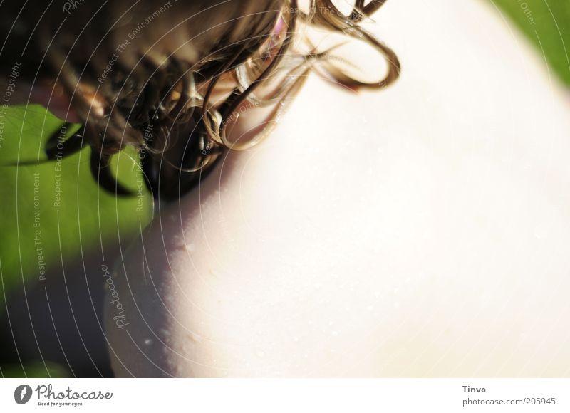 Sonn-Tag Haut Haare & Frisuren Rücken 1 Mensch Sommer hell nass Wassertropfen UV-Strahlung Farbfoto Textfreiraum rechts Licht Sonnenlicht Unschärfe