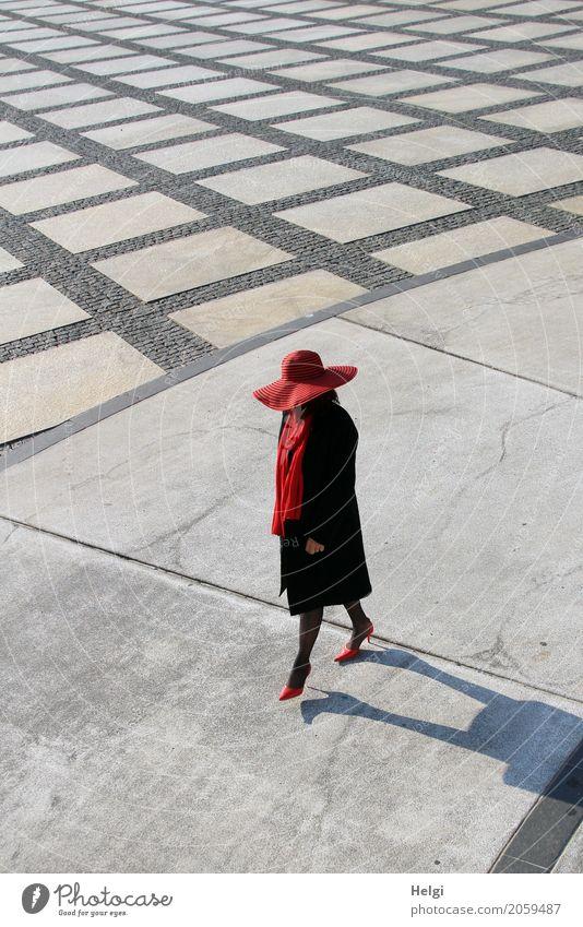 AST 10 | die Lady Mensch Frau Stadt schön rot Einsamkeit schwarz Erwachsene Leben Senior Bewegung feminin außergewöhnlich Mode grau gehen