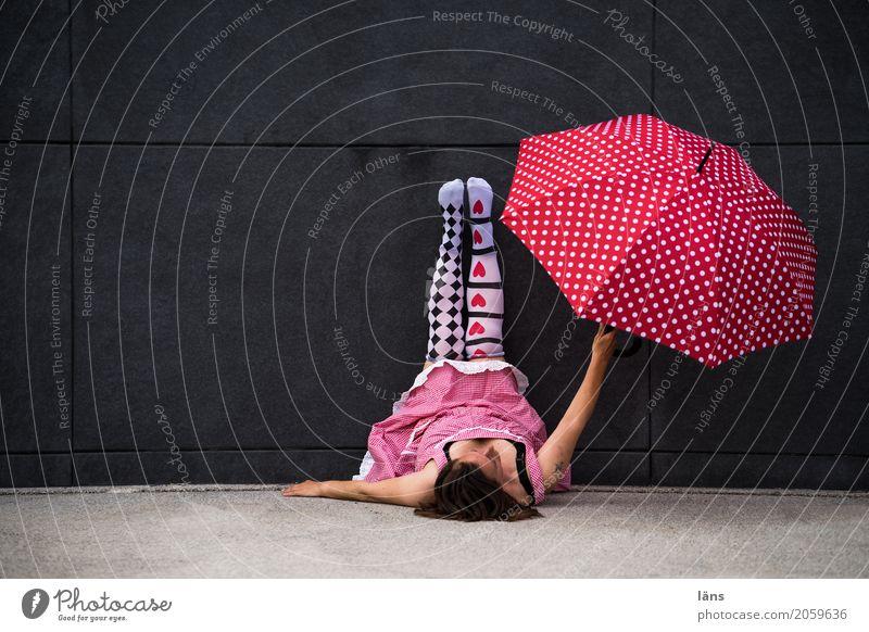 AST10 l Offenbarung Wohlgefühl Zufriedenheit Erholung Mensch feminin Frau Erwachsene Leben Mauer Wand Kleid Strumpfhose Regenschirm Beton gebrauchen liegen