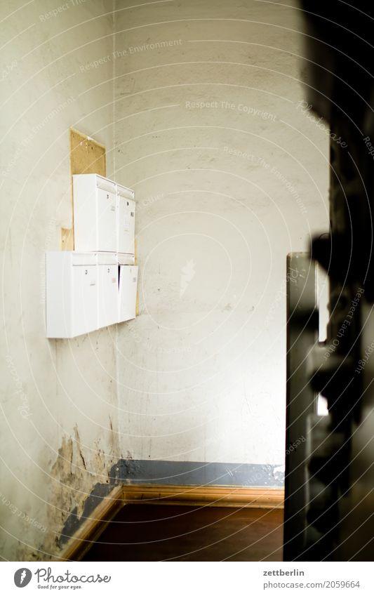 Post Treppenabsatz Abstieg aufsteigen Geländer Treppengeländer Haus Mauer Mehrfamilienhaus Menschenleer Stadthaus Textfreiraum Treppenhaus Häusliches Leben