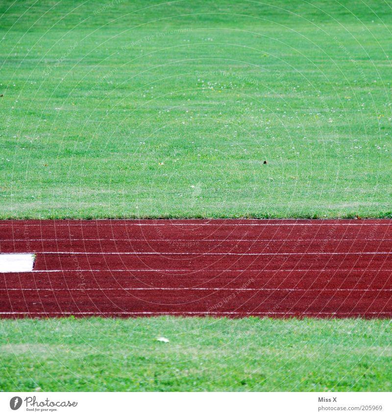 grün rot grün Sport Leichtathletik Sportstätten Fußballplatz Stadion Rennbahn Gras Wiese Sportplatz Streifen abstrakt Farbfoto mehrfarbig Außenaufnahme