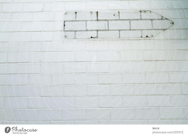 LEERZEICHEN [LUsertreffen 04|10] Bauwerk Architektur Mauer Wand Fassade Stein Zeichen Schilder & Markierungen grau weiß Gemäuer ausdruckslos Richtung rechts