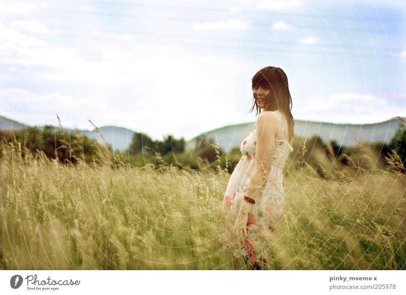Sommerwind Mensch Kind Himmel Natur Jugendliche Freude Wolken Wiese Haare & Frisuren braun Feld Fröhlichkeit stehen Kleid Junge Frau Lächeln