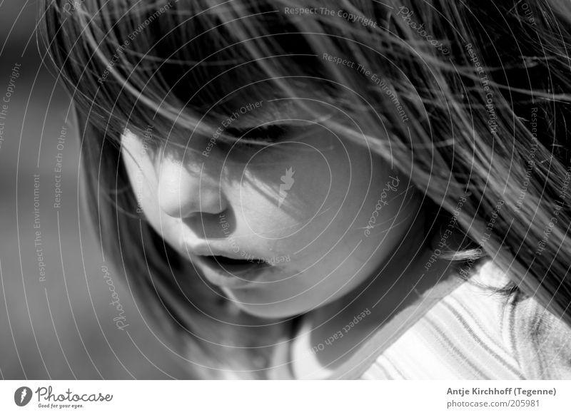 ... Mensch Kind Mädchen Kindheit Gesicht 1 8-13 Jahre Gefühle Geborgenheit schön niedlich Schwarzweißfoto Außenaufnahme Blick nach unten langhaarig Schatten