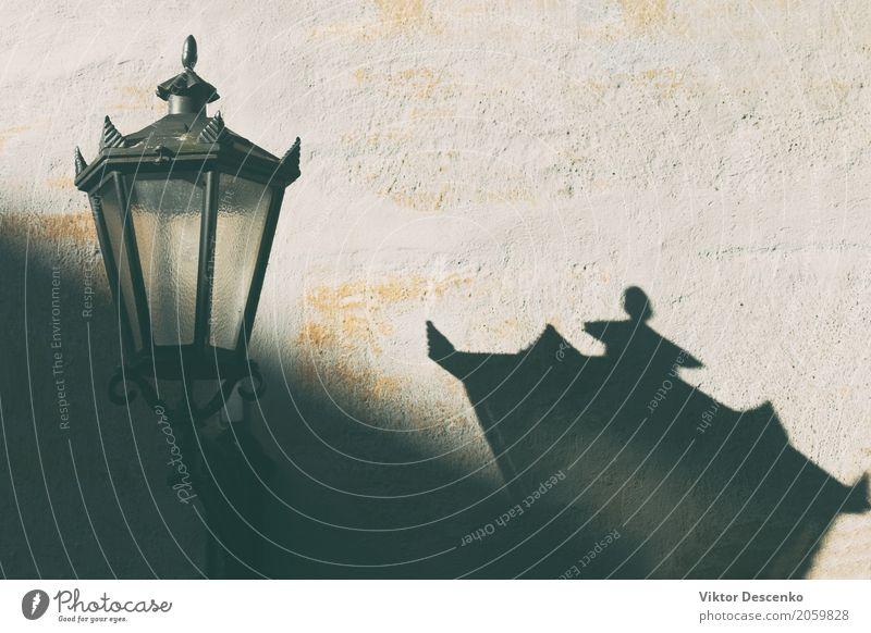 Straßenlaterne an der Wand Ferien & Urlaub & Reisen alt Stadt Farbe schön weiß Haus schwarz Architektur gelb Stil Gebäude Lampe Stein braun