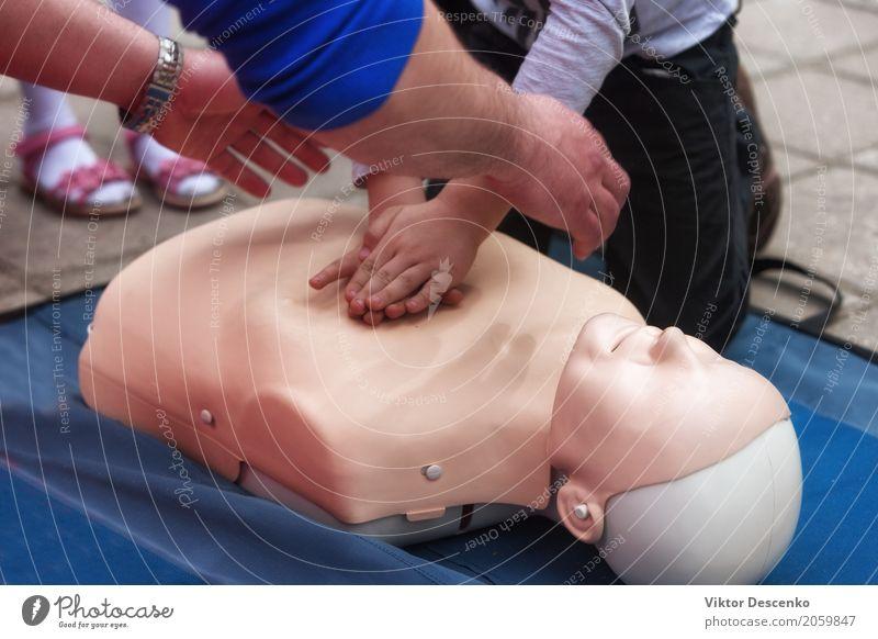 Ausbildung in Erster Hilfe Medikament Leben Massage Schule Arzt Mensch Hand Puppe Herz sparen Kontakt Unterstützung erste Widerbelebung Training Wiederbelebung