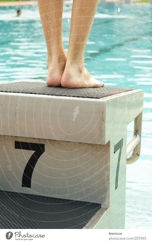 am Beginn Beine Sprungbrett Schwimmbad Startblock Wasser Gegenlicht Freibad stehen springen Mann maskulin Mensch Schwimmsport Schwimmsportler Sport Olympiade