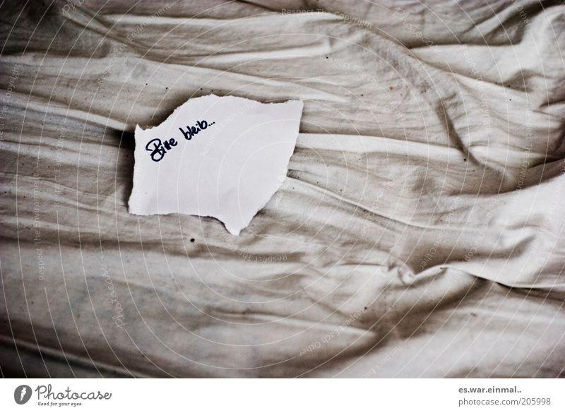 please stay. Papier Zettel Denken Liebe Traurigkeit trist Freundschaft Hoffnung Trauer Liebeskummer Sehnsucht Einsamkeit Reue Information Wunsch Bettlaken Falte