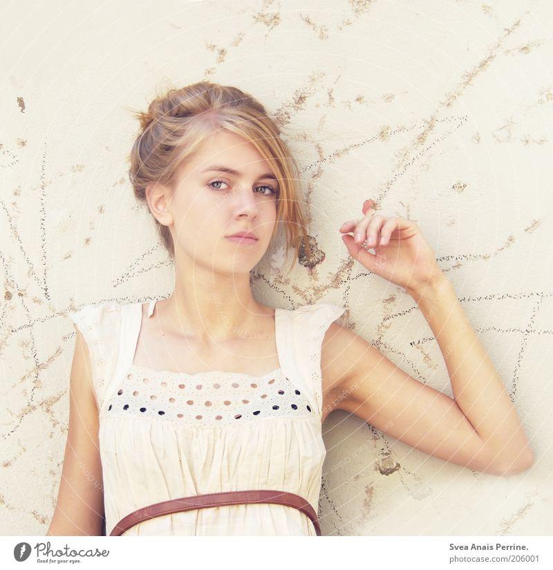 blass. Mensch Jugendliche weiß schön Gesicht feminin Wand Haare & Frisuren Mauer Stil Mode hell blond Fassade Haut elegant