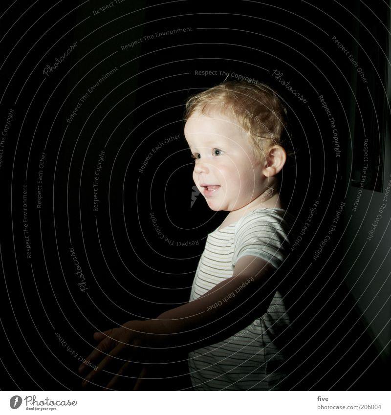 erwischt Mensch Kind Gesicht dunkel Junge Kopf Bewegung Glück Kindheit blond Wohnung gehen maskulin frei stehen Neugier
