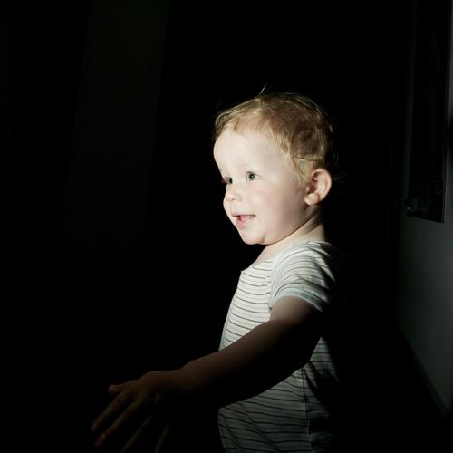 erwischt Wohnung Mensch maskulin Kind Kleinkind Junge Kindheit Kopf Gesicht 1 1-3 Jahre gehen Lächeln Blick stehen frech frei Glück Neugier dunkel Bewegung