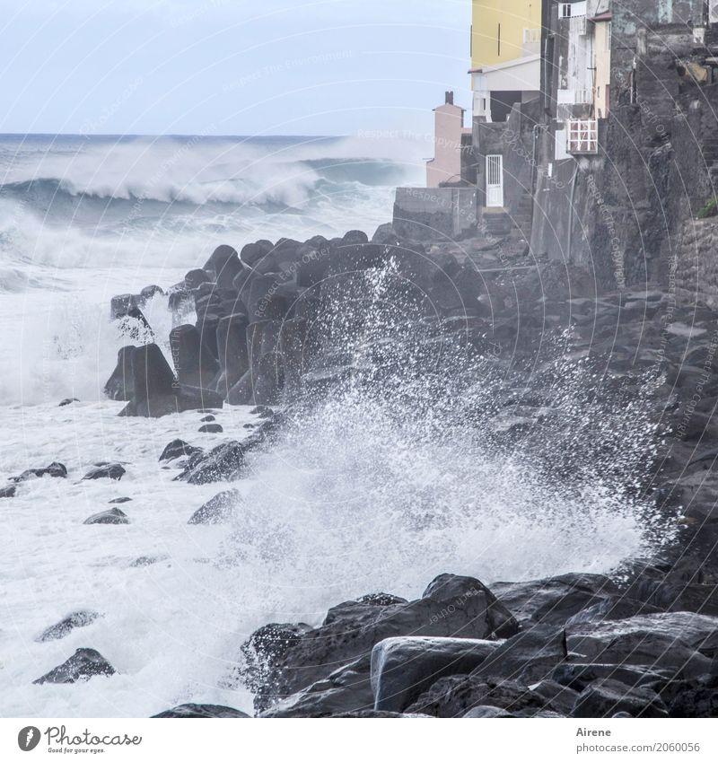 Ansturm Ferien & Urlaub & Reisen Wasser weiß Meer Haus Ferne Küste grau hell Wellen Kraft Abenteuer gefährlich bedrohlich Urelemente Dorf