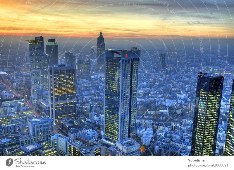 Frankfurt, abends Stadt Stadtzentrum Skyline Hochhaus Bankgebäude Gebäude Architektur blau mehrfarbig gelb gold grau rosa schwarz Frankfurt am Main Großstadt