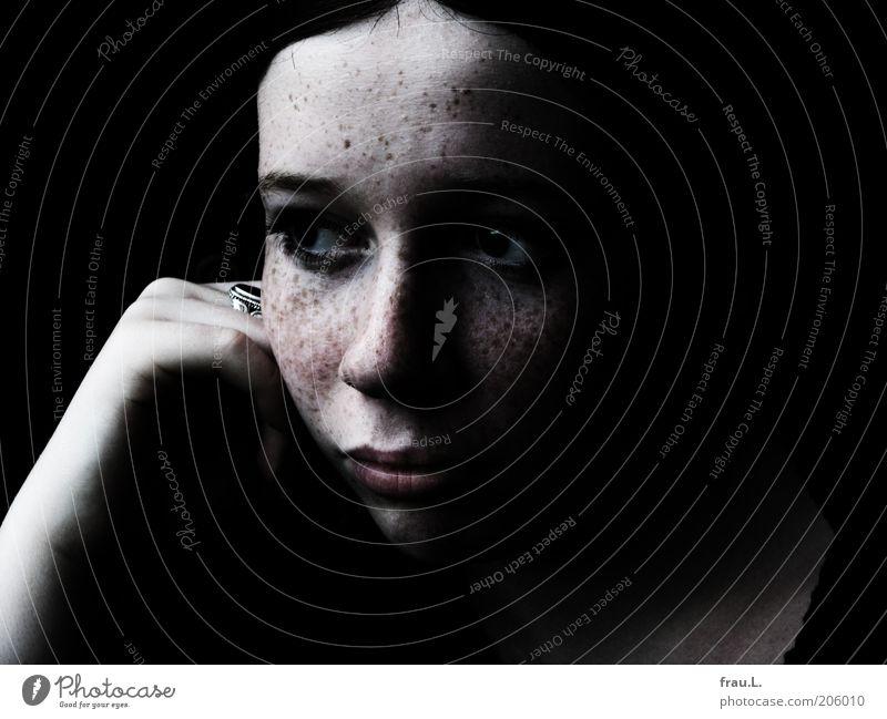 desire Mensch Hand Jugendliche schön Gesicht schwarz Einsamkeit feminin träumen Kopf Traurigkeit Denken weich beobachten einzigartig